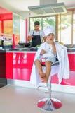 Intymny Tajlandzki szefa kuchni kucharstwo, jego mały syn w szefa kuchni ` s kapeluszowy niedaleki s Fotografia Royalty Free