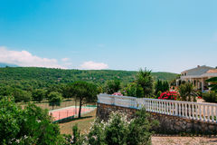 Intymny tenisowy sąd przy willą morzem, Montenegro, reklama Zdjęcie Stock
