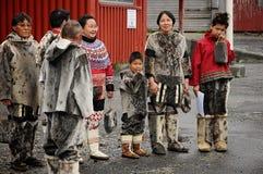 Inuit eskimomensen die vreemdelingen welkom heten stock foto's