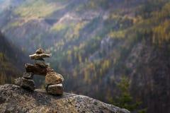 Inukshuk, das über Tal aufpasst lizenzfreie stockfotos