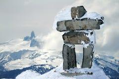 Inukshuk en la cumbre de la montaña de la marmota Imagenes de archivo