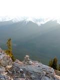 Inukshuk i de steniga bergen Arkivbild