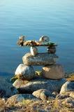 Inukshuk na borda da água Imagem de Stock