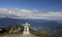 Inukshuk na cimeira bc Canadá da montanha do assobiador Fotos de Stock