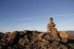 Inukshuk oder Inuksuk an der Spitze des Berges entlang einem Wanderweg nahe der Gemeinschaft von Qikiqtarjuaq Stockfoto