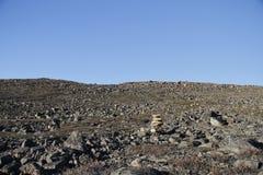 Inukshuk oder Inuksuk entlang einem Wanderweg nahe der Gemeinschaft von Qikiqtarjuaq, Broughton-Insel Lizenzfreie Stockbilder
