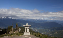Inukshuk på whistlerbergtoppmötet f. Kr. Kanada Arkivfoton