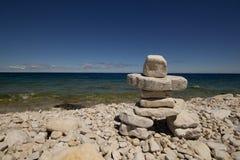 Inukshuk, praia rochosa, baía Georgian, Bruce Peninsula, o Lago Huron imagens de stock