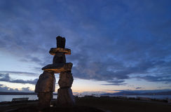 Inukshuk Skulptur am englischen Schacht im Sonnenuntergang Stockbild