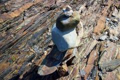Inukshuk su Nova Scotia rocciosa, linea costiera del Canada Fotografia Stock