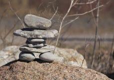 Inukshuk su una roccia di estate Fotografia Stock Libera da Diritti