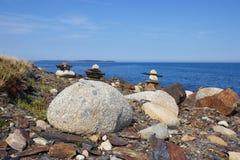 Inukshuks op rotsachtige Nova Scotia, de kustlijn van Canada Stock Afbeelding