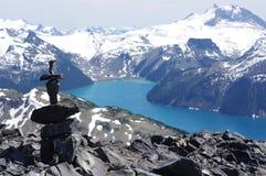 Inuksuk encima de la montaña negra del colmillo fotografía de archivo libre de regalías