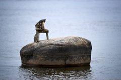 Inuksuk minuscule placé sur Boulder dans le fleuve images stock