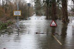 A inundação assina dentro a estrada Fotografia de Stock Royalty Free