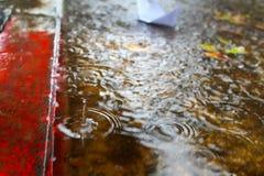 Inundação, chuvas do inverno em Israel A água de chuva inunda o pavimento e a estrada dos carros imagens de stock