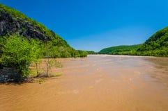 Inundação da mola no Rio Potomac na balsa do harpista, West Virginia imagens de stock