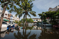 Inundação de Nonthaburi no estilo de vida de Tailândia 2011-The dos povos no mas Fotos de Stock