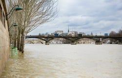 Inundação de Seine River em Paris Imagens de Stock