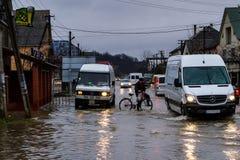 Inundação do inverno na região Transcarpathian de Ucrânia fotos de stock royalty free