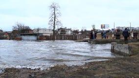 Inundação do rio na mola na cidade durante o derretimento da neve Disastre natural vídeos de arquivo