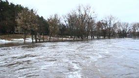 Inundação do rio na mola na cidade durante o derretimento da neve Disastre natural filme