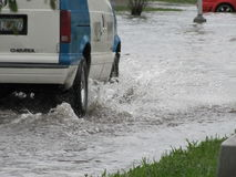 Inundação local - condução de veículo através da água Foto de Stock Royalty Free