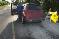 Inundação perigosa das condições de estrada da movimentação sênior da mulher Foto de Stock
