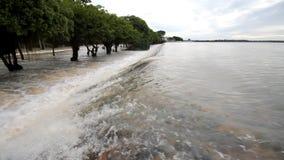 Inundação, volume de água sobre a estrada video estoque