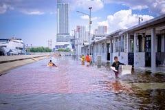 Inunda??o na ?rea do porto de Kali Adem, Jakarta da ?gua do mar fotos de stock