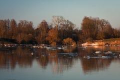 Inundación de la primavera en el río de Lielupe Imágenes de archivo libres de regalías