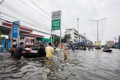 Inundación de Nonthaburi en la forma de vida de Tailandia 2011-The de la gente en el mas Imagenes de archivo