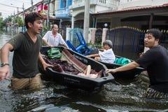 Inundación de Nonthaburi en la forma de vida de Tailandia 2011-The de la gente en el mas Fotografía de archivo