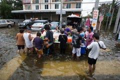 Inundación de Nonthaburi en la forma de vida de Tailandia 2011-The de la gente en el mas Imagen de archivo