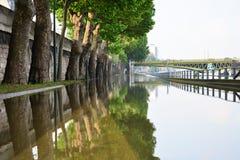 Inundación de París en 2016 con la calle debajo del agua y de las gabarras en el Sena Foto de archivo