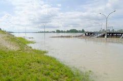 Inundación del río Danubio en la ciudad de Komarom, Hungría, el 5 de junio de 2013 Fotos de archivo
