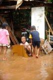 Inundación, el jugar de los niños fotos de archivo libres de regalías