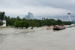Inundación extraordinaria, en el río Danubio en Bratislava Imagenes de archivo