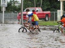 Inundación local - Biking a través del agua Foto de archivo libre de regalías