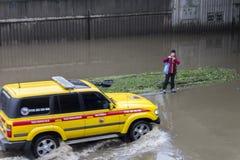 Inundaciones Praga junio de 2013 - camino inundado y técnica Imagenes de archivo