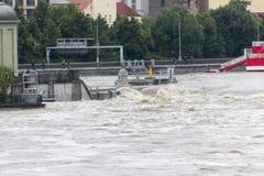 Inundaciones Praga junio de 2013 - cerradura de la isla de Stvanice  Fotos de archivo libres de regalías