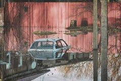 Inundado durante el desastre de la primavera al coche del tejado antes de las puertas de una casa privada Apogeo en la inundación Imagen de archivo
