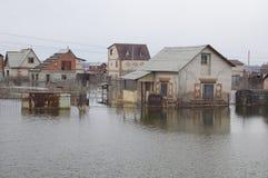 Inundado em casas do jardim da inundação da mola Fotos de Stock Royalty Free