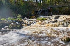 Inundando o rio que flui rapidamente fotografia de stock royalty free