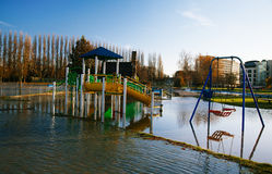 Inunde em Reino Unido, rio Tamisa na leitura imagem de stock