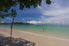 Inunde en el voleibol de playa con el cielo nublado azul Fotografía de archivo