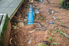 Inunde la corriente que causa los derrumbamientos y los tubos de agua municipales mA Foto de archivo