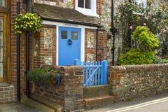 Inunde las medidas preventivas en el lugar en el pueblo costero de Bosham en la costa sur de Inglaterra que esté en el peligro co Imagen de archivo libre de regalías