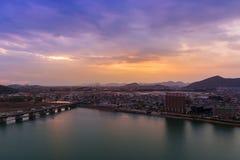 inuyama与山和kiso河的城市视图风景s的 库存照片