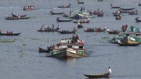 Invånare av Dhaka korsar den Buriganga floden i Dhaka, Bangladesh lager videofilmer